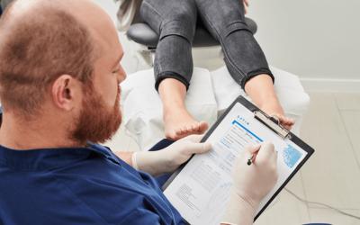 Klinika Satin – terapię pękających pięt objaśnia podolog Andrzej Piotrowski